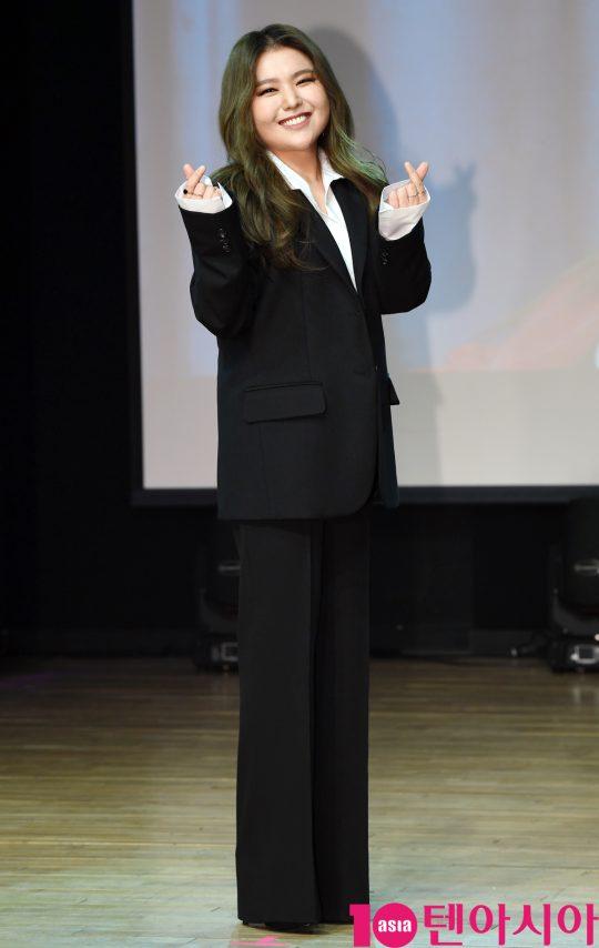 가수 지세희가 11일 오전 서울 청담동 일지아트홀에서 열린 싱글앨범 '아직은…' 쇼케이스에 참석하고 있다.