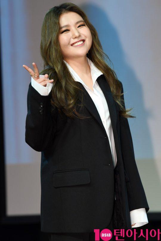 가수 지세희가 11일 오전 서울 청담동 일지아트홀에서 열린 싱글앨범 '아직은…' 쇼케이스에 참석해 멋진공연을 선보이고 있다.