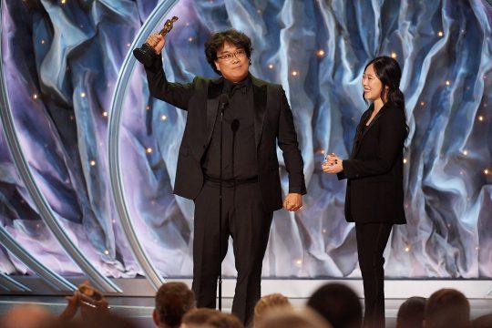 아카데미 시상식에서 영화 '기생충'으로 국제영화상을 수상한 봉준호 감독(왼쪽)과 함께 무대에 오른 통역사 샤론 최. /사진제공=A.M.P.A.S.