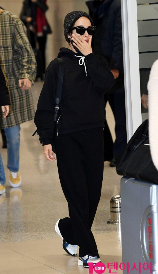 배우 조여정이 12일 오전 영화 '기생충'으로 미국 제92회 아카데미 시상식을 마치고 인천국제공항을 통해 입국하고 있다.