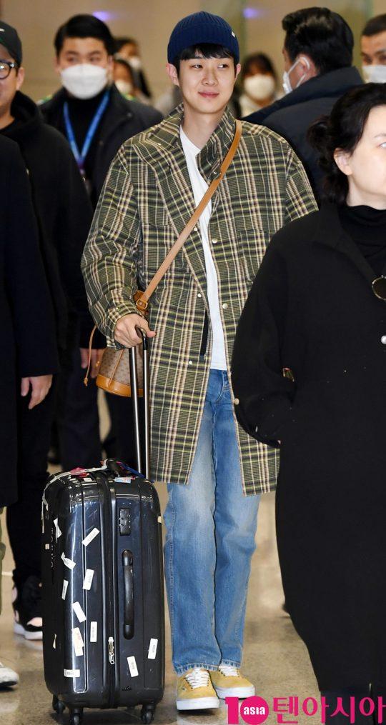 배우 최우식이 12일 오전 영화 '기생충'으로 미국 제92회 아카데미 시상식을 마치고 인천국제공항을 통해 입국하고 있다.