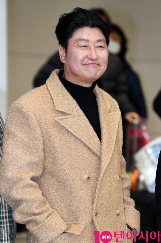 배우 송강호가 12일 오전 영화 '기생충'으로 미국 제92회 아카데미 시상식을 마치고 인천국제공항을 통해 입국하고 있다.