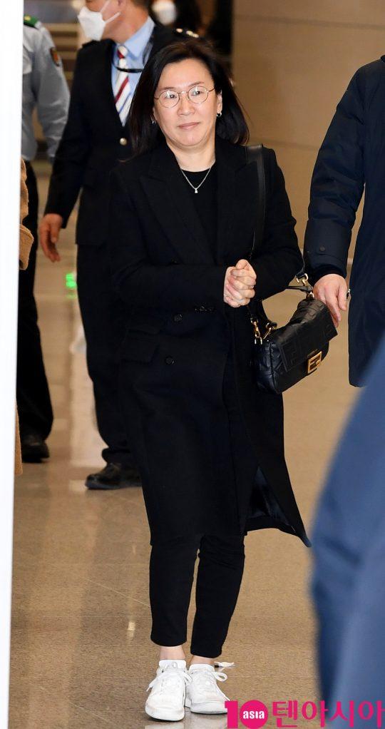 곽신애 대표가 12일 오전 영화 '기생충'으로 미국 제92회 아카데미 시상식을 마치고 인천국제공항을 통해 입국하고 있다.