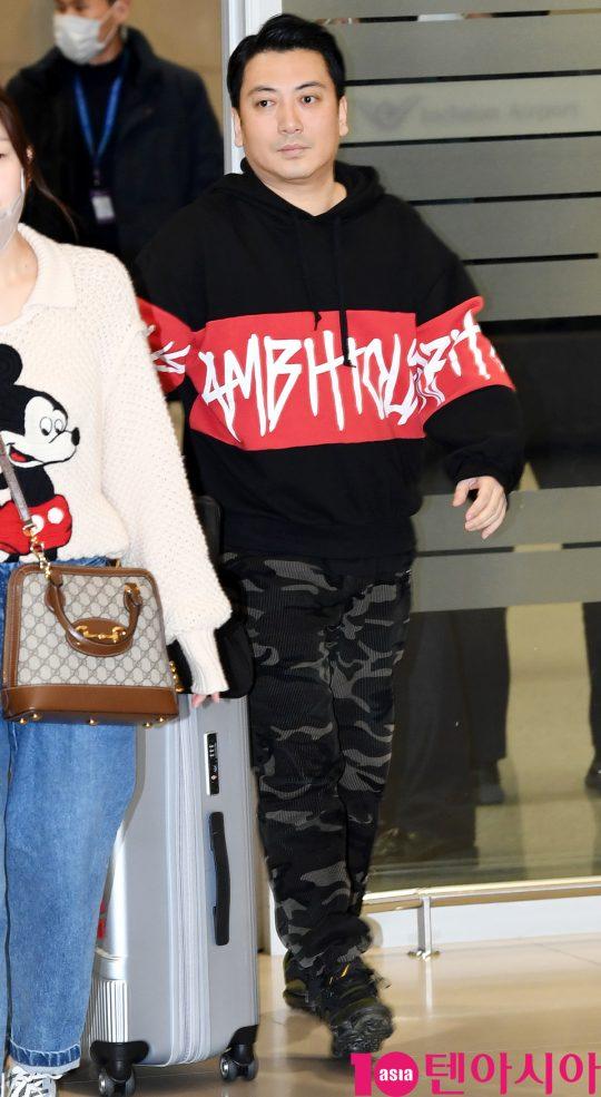 배우 박명훈이 12일 오전 영화 '기생충'으로 미국 제92회 아카데미 시상식을 마치고 인천국제공항을 통해 입국하고 있다.