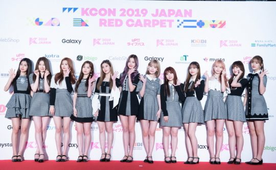 지난해 열린 케이콘 2019 재팬의 레드카펫에 참석한 그룹 아이즈원. /사진제공=CJ ENM
