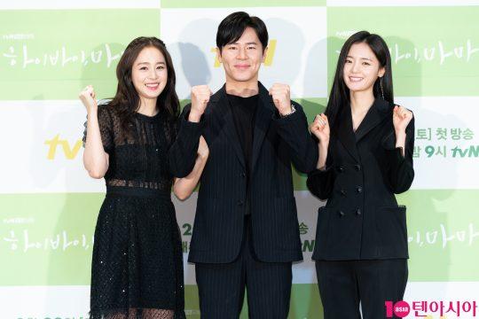 배우 김태희(왼쪽부터), 이규형, 고보결이 18일 CJ ENM센터에서 열린 tvN 새 토일드라마 '하이바이, 마마' 제작발표회에 참석했다. /사진제공=tvN