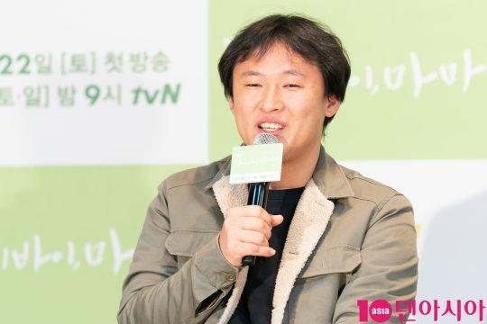 유제원 감독이 18일 CJ ENM센터에서 열린 tvN 새 토일드라마 '하이바이, 마마' 제작발표회에 참석해 인삿말을 하고 있다. /사진제공=tvN