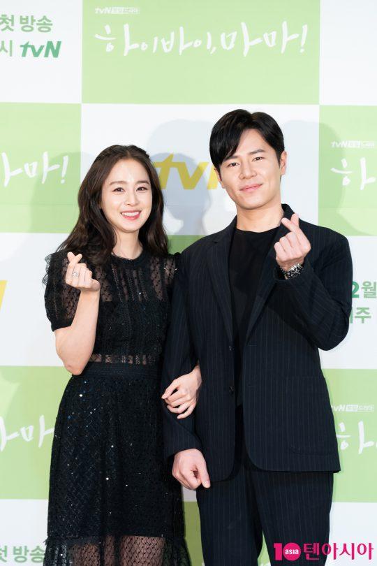 배우 김태희와 이규형이 18일 CJ ENM센터에서 열린 tvN 새 토일드라마 '하이바이, 마마' 제작발표회에 참석해 포즈를 취하고 있다./사진제공=tvN