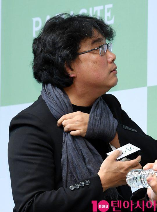 [TEN PHOTO]봉준호 감독 '기생충 기념품 챙기는중'