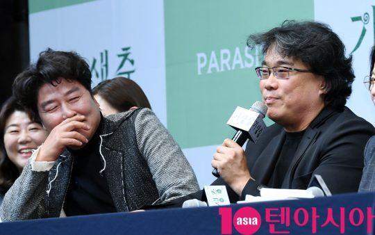 봉준호 감독(왼쪽)과 송강호가 19일 오전 서울 소공동 서울 웨스틴조선호텔에서 열린 영화 '기생충' 기자회견에 참석했다. /조준원 기자 wizard333@