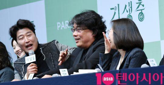 "[TEN PHOTO]'기생충' 송강호 ""봉감독 갈비뼈 금가서 오스카 리액션 자제"""