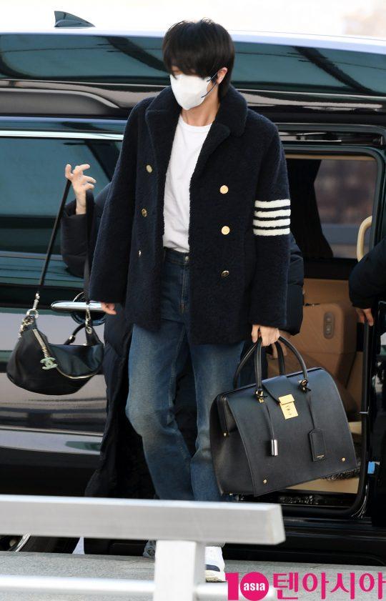 그룹 방탄소년단(BTS)(RM, 슈가, 진, 제이홉, 지민, 뷔, 정국) 진이 20일 오전 미국 NBC 방송의 토크쇼 '투데이 쇼(TODAY SHOW)' 참석차 인천국제공항을 통해 미국 뉴욕으로 출국하고 있다.