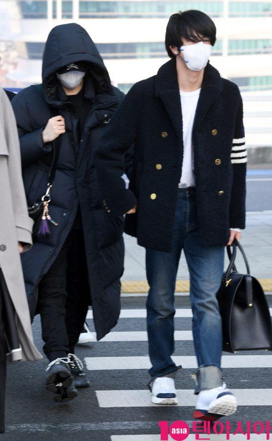 그룹 방탄소년단(BTS)(RM, 슈가, 진, 제이홉, 지민, 뷔, 정국) 슈가와 진이 20일 오전 미국 NBC 방송의 토크쇼 '투데이 쇼(TODAY SHOW)' 참석차 인천국제공항을 통해 미국 뉴욕으로 출국하고 있다.