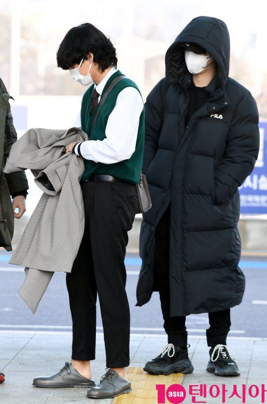 그룹 방탄소년단(BTS)(RM, 슈가, 진, 제이홉, 지민, 뷔, 정국) 뷔와 슈가가 20일 오전 미국 NBC 방송의 토크쇼 '투데이 쇼(TODAY SHOW)' 참석차 인천국제공항을 통해 미국 뉴욕으로 출국하고 있다.