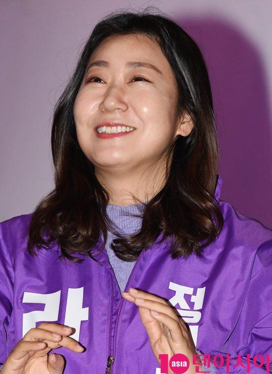 배우 라미란이 22일 오후 서울 방화동 롯데시네마 김포공항점에서 열린 영화 '정직한 후보' 무대인사에 참석하고 있다.