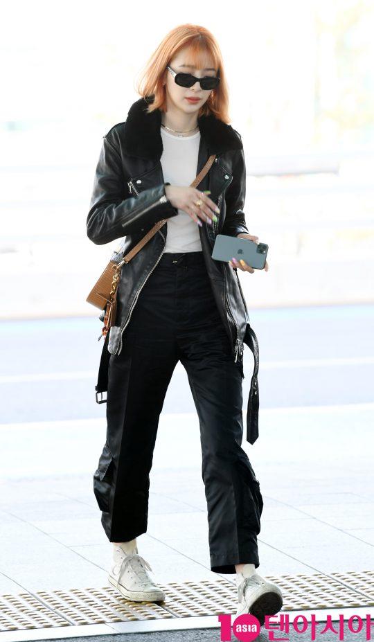 모델 아이린이 24일 오전 파리 패션위크 참석차 인천국제공항을 통해 프랑스로 출국하고 있다.