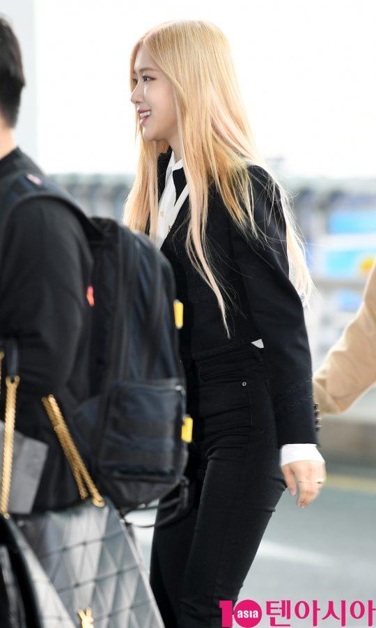 블랙핑크 로제가 24일 오전 해외일정 참석차 인천국제공항을 통해 프랑스 파리로 출국하고 있다.