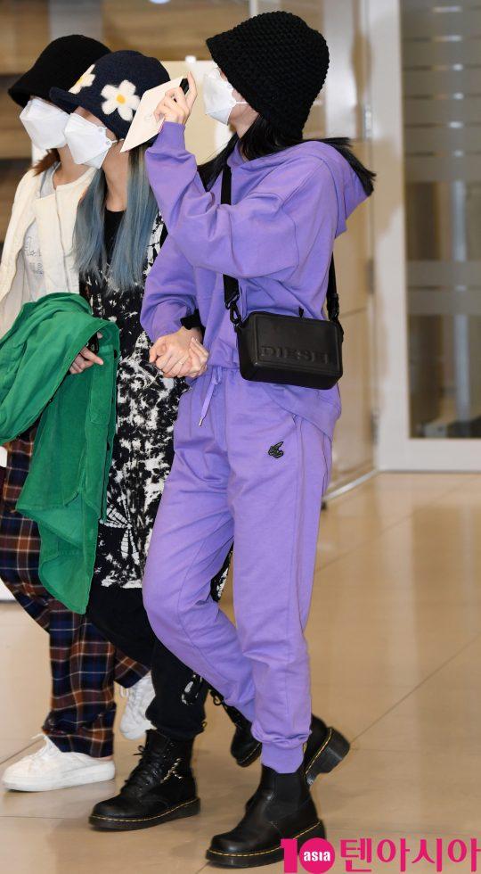 걸그룹 트와이스(나연, 정연, 모모, 사나, 지효, 미나, 다현, 채영, 쯔위) 모모가 24일 오후 트와이스 월드투어 2019-트와이스라이츠 인 재팬 공연을 마치고 인천국제공항을 통해 입국하고 있다.