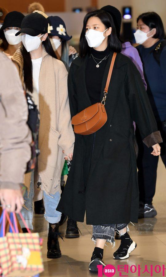 걸그룹 트와이스(나연, 정연, 모모, 사나, 지효, 미나, 다현, 채영, 쯔위) 미나와 정연이 24일 오후 트와이스 월드투어 2019-트와이스라이츠 인 재팬 공연을 마치고 인천국제공항을 통해 입국하고 있다.