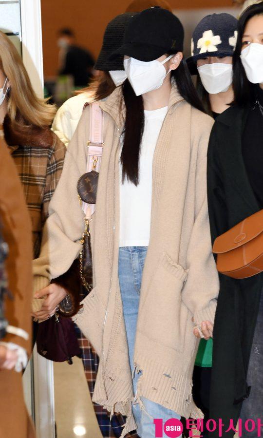 걸그룹 트와이스(나연, 정연, 모모, 사나, 지효, 미나, 다현, 채영, 쯔위) 미나가 24일 오후 트와이스 월드투어 2019-트와이스라이츠 인 재팬 공연을 마치고 인천국제공항을 통해 입국하고 있다.