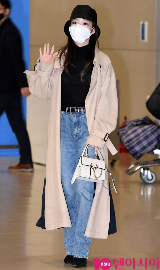 가수 청하가 24일 프랑스 화보촬영을 마치고 인천국제공항을 통해 입국하고 있다.