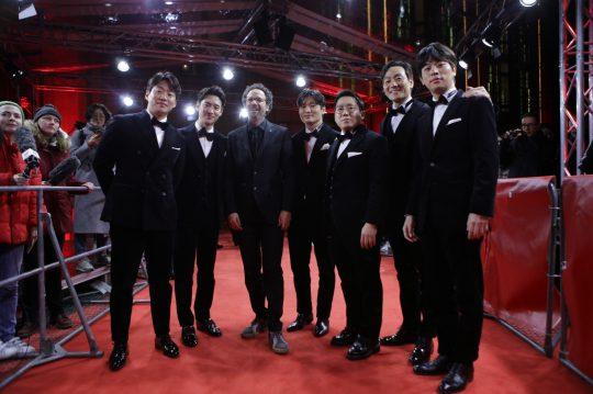 영화 '사냥의 시간'의 주역들이 22일(현지시간) 열린 베를린국제영화제 레드카펫 행사에 참석했다. /사진제공=리틀빅픽처스