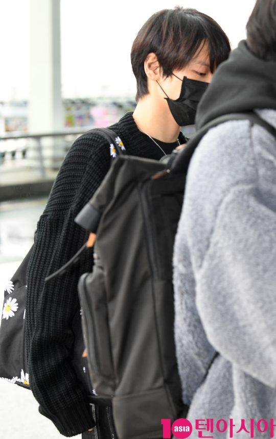 그룹 슈퍼엠(태민(샤이니), 백현(엑소), 카이(엑소), 태용(NCT), 마크(NCT), 루카스(웨이션브이), 텐(웨이션브이)) 텐이 25일 오후 해외공연 참석차 인천국제공항을 통해 프랑스 파리로 출국하고 있다.