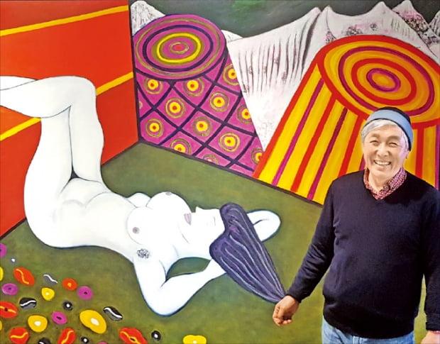 1980년대 뉴욕 이스트빌리지에서 활동한 최동열 화백이 서울 이태원동 인터아트채널의 개인전에 출품한 작품을 설명하고 있다.