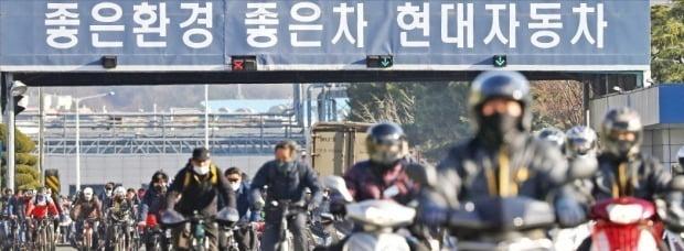 현대자동차가 4일 중국산 부품 조달 차질로 공장 가동을 중단한 가운데 울산공장 근로자들이 마스크를 쓴 채 퇴근하고 있다. /연합뉴스