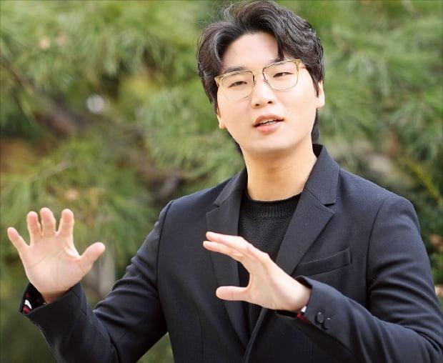 """현대음악 작곡가 최재혁은 """"지휘할 때 작곡과는 또 다른 성취감을 얻는다""""며 """"앞으로도 꾸준히 두 분야를 병행하겠다""""고 말했다. 강은구 기자 egkang@hankyung.com"""