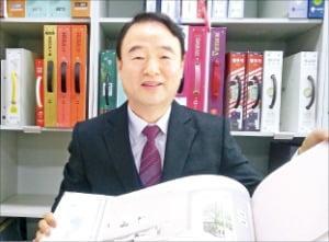 박식순 KS벽지 회장이 서울 영업본부 디자인실에서 벽지 제품에 대해 설명하고 있다.  윤상연  기자