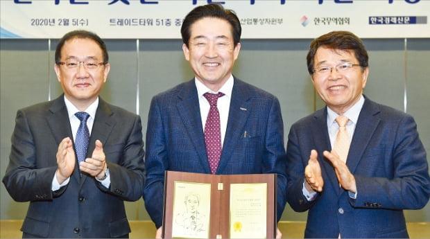 이수태 파나시아 회장(가운데)이 한국무역협회가 선정한 제 125회 '한국을 빛낸 이달의 무역인상'을 받았다. 왼쪽부터 배수천 한빛회 수석부회장, 이 회장, 한진현 무역협회 부회장.  한국무역협회 제공