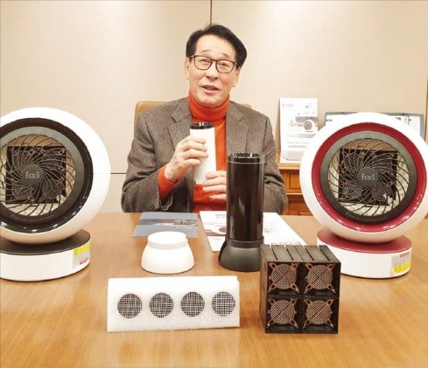 고시연 오앤케이테크 회장이 서울사무소에서 공기청정살균기의 수출 방안을 설명하고 있다.