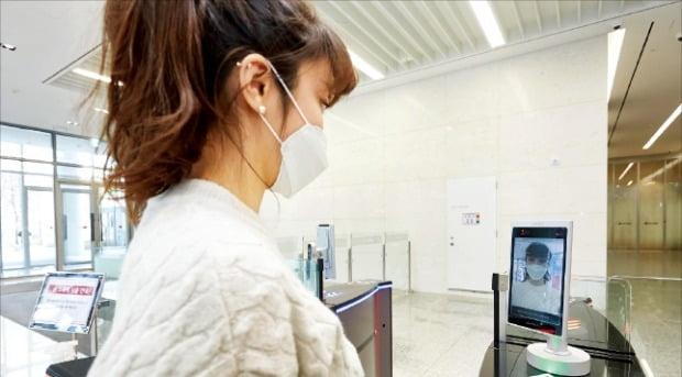 < LG CNS, AI 출입 시스템 도입...마스크 써도 얼굴 알아봐 > LG CNS가 마스크를 쓴 상태에서도 얼굴 인식이 가능한 인공지능(AI) 출입 시스템을 도입했다고 11일 밝혔다. 글로벌 AI 기업 센스타임과 공동으로 구축한 '얼굴 인식 출입통제 솔루션'은 서울 마곡 LG사이언스파크의 본사 출입 게이트 26곳에 설치됐다. /LG CNS 제공