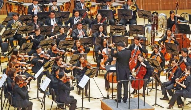 지난해 6월 서울 잠실 롯데콘서트홀에서 열린 '호국보훈음악회'에서 홍석원 음악감독이 이끄는 한경필하모닉오케스트라가 슈베르트의 교향곡 8번 '미완성'을 연주하고 있다.   /한경DB