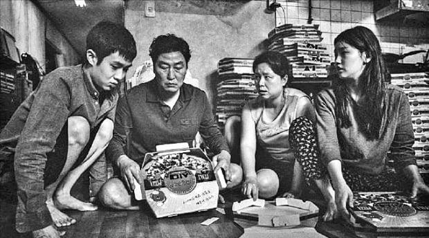 CJ ENM이 이달 말 국내 개봉하는 영화 '기생충'의 흑백판.