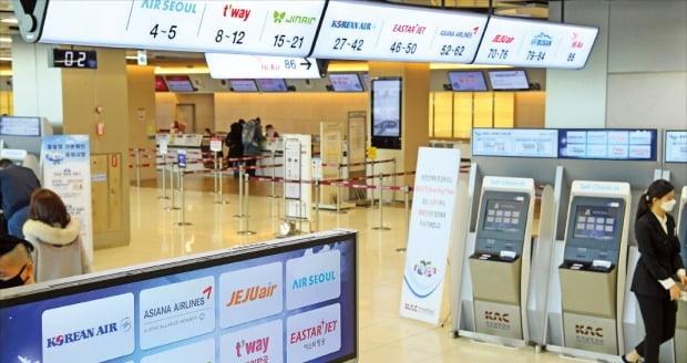 < 한산한 김포공항 국내선 창구 > 신종 코로나바이러스 감염증(우한 폐렴) 확산으로 여행 수요가 급감한 가운데 11일 김포공항의 국내선 창구도 한산한 모습을 보였다. /강은구 기자  egkang@hankyung.com