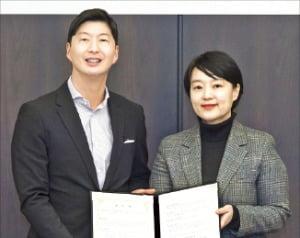 허세홍 GS칼텍스 사장(왼쪽)과 한성숙 네이버 사장이 11일 디지털 전환 업무 협약을 맺었다.