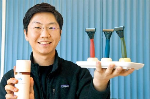 김동욱 와이즐리 대표가 본사 사무실에서 자사의 면도용품을 소개하고 있다.   /신경훈 기자 khshin@hankyung.com