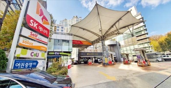 서울 서초구 사평대로 12에 있는 SK반포 셀프주유소. 코람코자산신탁은 이 주유소 부지에 업무·상업·주거 기능이 합쳐진 복합빌딩을 지을 계획이다. 한경DB