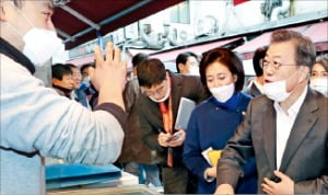 문재인 대통령이 12일 서울 회현동 남대문시장을 찾아 시장 상인들을 격려했다.  /허문찬 기자 sweat@hankyung.com