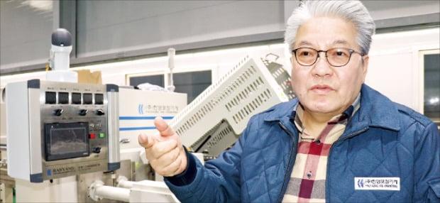 김종일 한양포장기계 대표가 인천 본사에서 수평형 삼면포장기계에 대해 설명하고 있다.  /강준완 기자