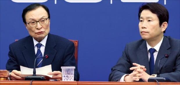 이해찬 더불어민주당 대표(왼쪽)가 12일 국회에서 열린 최고위원회의에서 발언하고 있다. 오른쪽은 이인영 원내대표.  연합뉴스