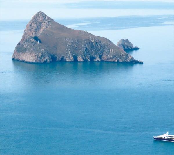 흑산도의 작은 부속 섬인 장도는 섬 자체가 가파른 산이다.