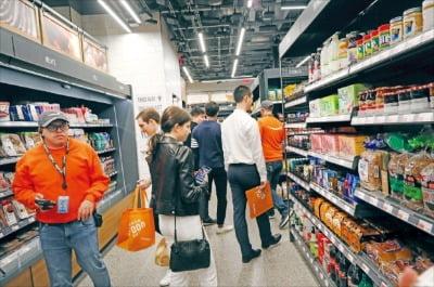 출구로 나가면 구매한 물건이 자동 결제되는 미국 '아마존고(Amazon Go)' 매장에서 소비자들이 쇼핑하고 있다.   한경DB