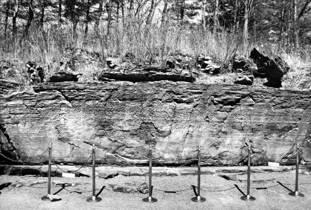 신석기시대부터 역사시대까지 주술행위가 이뤄진 울산 천전리 각석. 지배층은 물론 일반 백성들도 소원을 빌고 기도의 흔적을 남겼다.  창비 제공