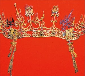 평양 대성구역 청암리에서 발견된 불꽃 문양 금동관