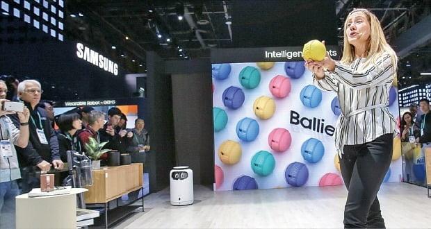 삼성전자는 지난달 7일 세계 최대 전자쇼인 'CES 2020'에서 지능형 반려로봇인 '볼리'를 선보였다. 삼성전자 제공