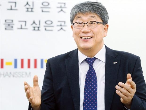 한샘은 인공지능(AI) 및 빅데이터를 접목한 차세대 인테리어 사업을 준비하고 있다. 강승수 회장은 새로운 사업에 자신감을 보였다.   /강은구 기자 egkang@hankyung.com