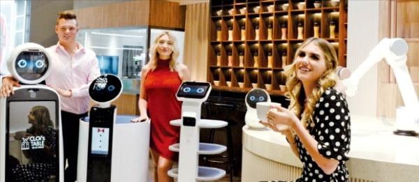 LG전자 모델들이 지난달 미국 라스베이거스에서 열린 세계 최대 가전쇼 'CES 2020'에서 레스토랑용 로봇을 소개하고 있다.  LG전자  제공